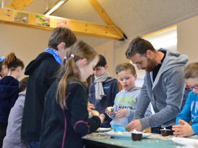 Confection de boules de graisse avec un groupe scolaire à la Grange nature